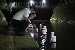 「夜の灯籠流し」の画像