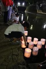 「多くの市民の灯籠を放流する」の画像